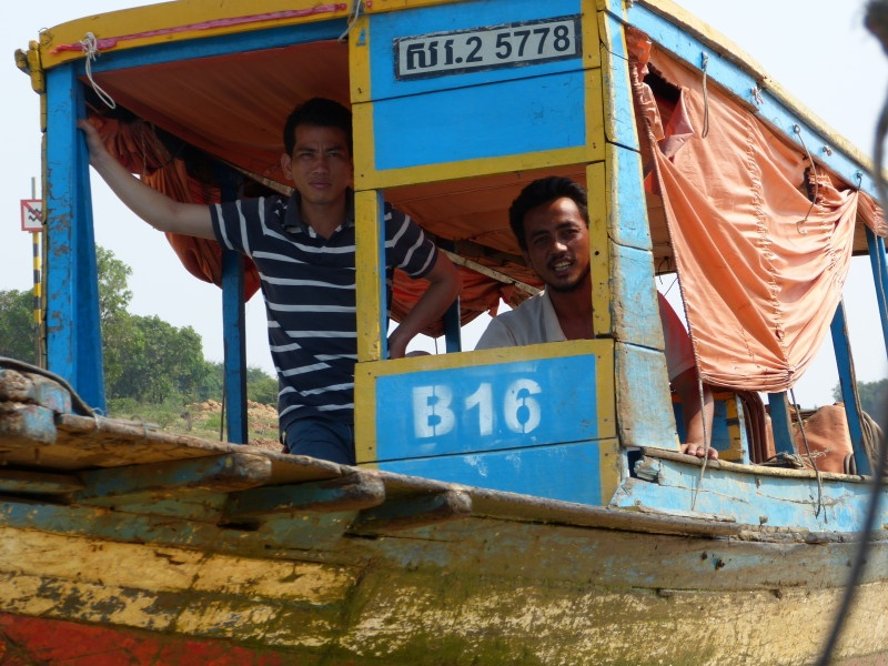 boat and two men on the way to Chong Khneas